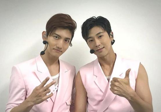 東方神起メンバー、チャンミン(左) ユンホ(右)