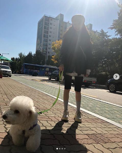 犬の散歩をしていると思われるヒョナ