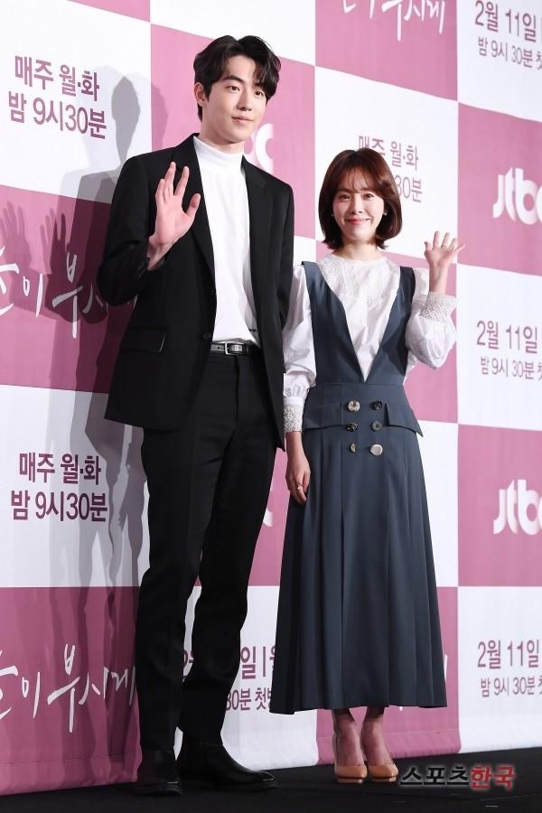 JTBC『眩しくて』の製作発表会に参加したナム・ジュヒョク(左)とハン・ジミン(右)