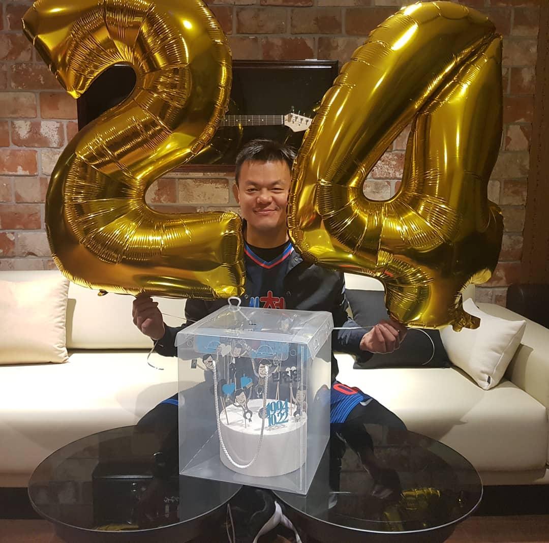 デビュー24周年を迎え笑顔を見せるJ.Y. Park。