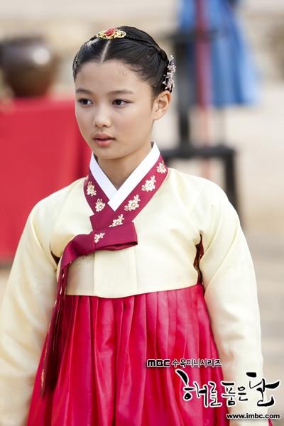 ハン・ガインが演じたホ・ヨヌ/ ウォルの子供時代を演じたキム・ユジョン