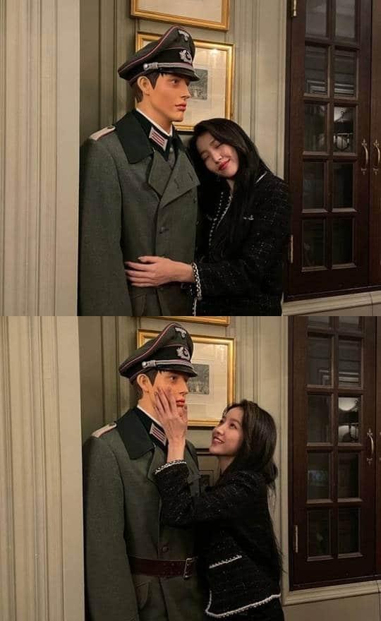 ナチス軍を思わせるマネキンと記念写真を撮ったソウォン。